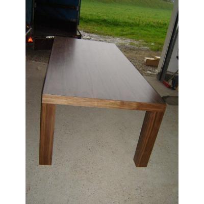 Nußbaumtisch auf Maß gefertigt