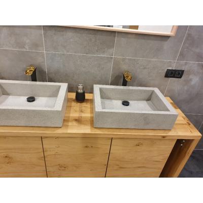 Badmöbel in Eiche mit aufgesetzten Waschbecken